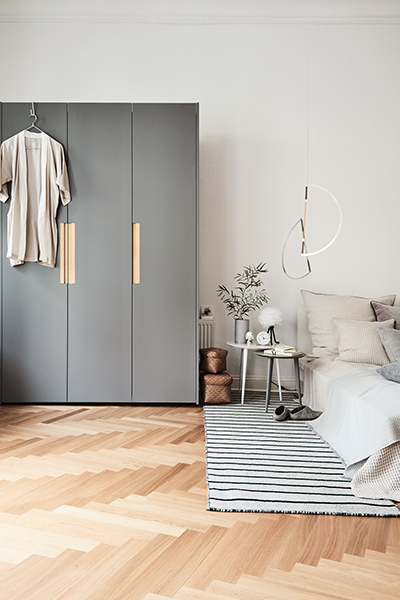 Wardrobe in grey with handles in oak, coffee tables in grey and white