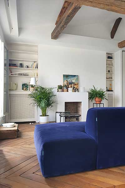 sofa PYLLOW by MYCS blue velvet shown in an cosy apartment